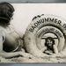 Fürdőzők 1932-ből, a fotómontázs során utólag illesztették be a mosolygó lányt a mentőövbe.