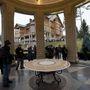 Érdeklődők az elmenekült és leváltott ukrán elnök, Viktor Janukovics rezidenciájánál, a Kijevhez közeli Novi Petrivciben, 2014. február 23-án. Háttérben a vendégház.