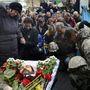 A 20-án elesett, kozák nemzetiségű Makszim Vinicija búcsúztatása a kijevi Függetlenség terén, a Majdanon 2014. február 22-én.
