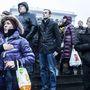 Tüntetők éneklik az ukrán himnuszt a kijevi Függetlenség terén, a Majdanon 2014. február 22-én.