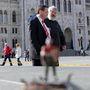 A szoborterv fényképezése közben a háttérben feltűnt Illés Zoltán államtitkár, és Szőcs Géza bukott államtitkár. Az utóbbi azt kérdezte kollégájától: