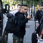 A Korn zenekar technikusai - bár amerikaiak - németes pontossággal várják Annát a hotel előtt