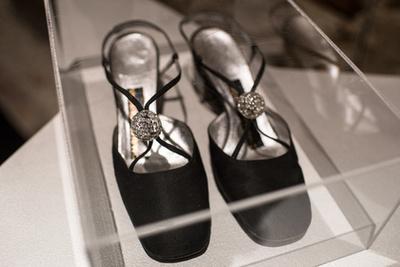 Kék szatén Rochas estélyi cipő a műgyűjtő Eleni Korani tulajdona.