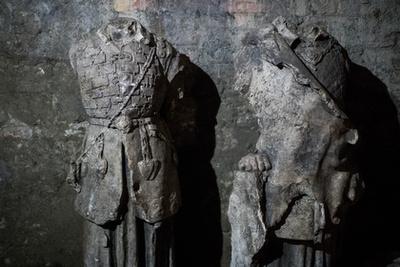 Vörös mészkő lavabo középkori(as) sárkányábrázolással.