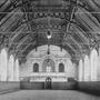 A Lovarda belső tere: a lovaglóterem a zenekari páhollyal és a Neuschloss gyárban készült remekművű famennyezettel.