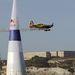A 2005-ös Red Bull Air Race San Francisco-i állomásán repül el Alcatraz felett a regnáló világbajnok, Mike Mangold.