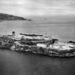 """Légifelvétel Alcatrazról 1946-ból. A háttérben a másik szigeten (Angel Island) kivehető a világháborúból hazatérő katonákat köszöntő """"Welcome Home"""