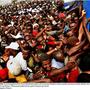 Élelmiszersegélyre váró tömeg Port-Au-Prince-ben