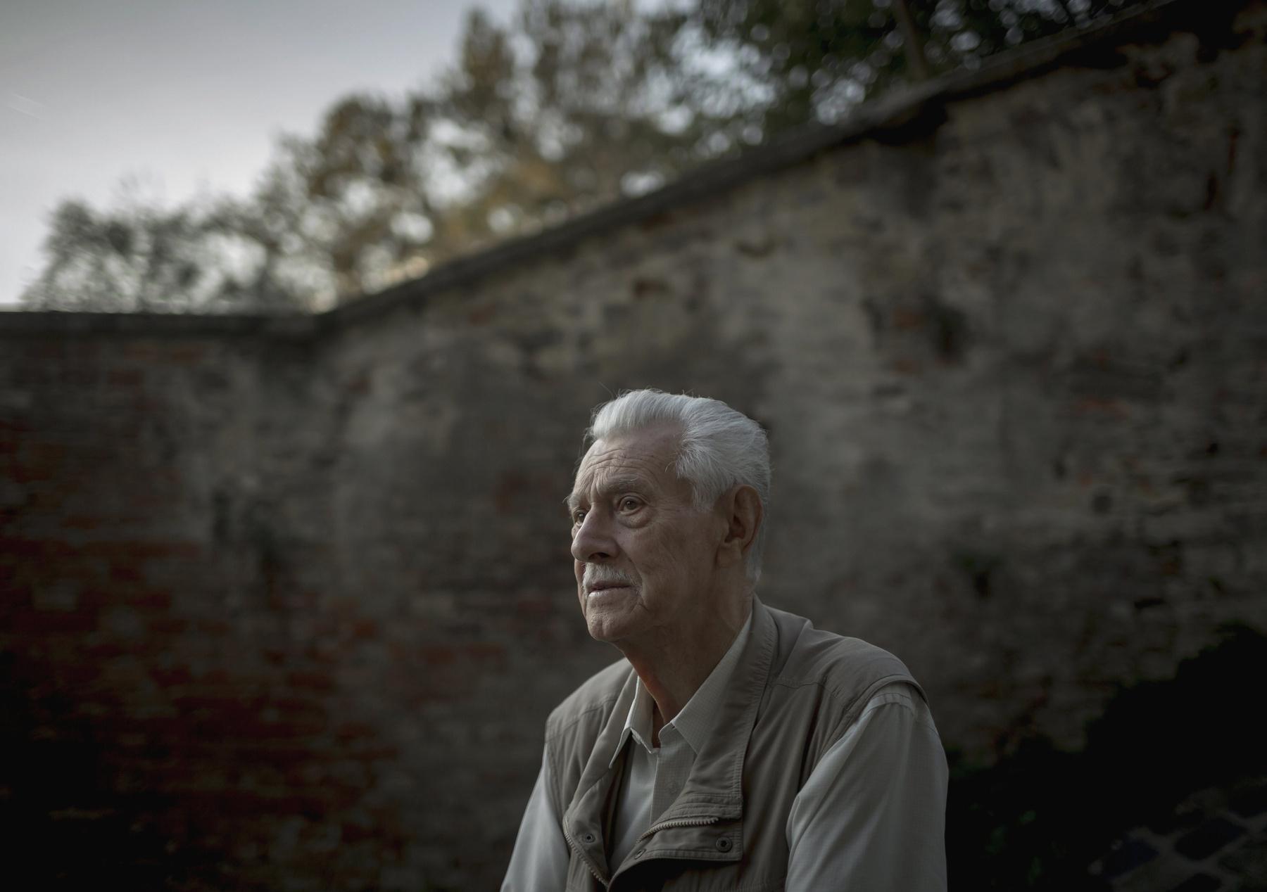 Válóczy István a Kozma utcai Budapesti Fegyház és Börtön egyik cellájában 2016. szeptember 20-án. Az 1956-os eseményeket követően az akkor 24 éves Válóczy Istvánt koholt vádak alapján életfogytiglani börtönbüntetésre ítélték végül 1963-ban amnesztiával szabadult.