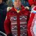 Medvegyev miniszterelnök parádés ruhában nézelődik a 10 kilométeres sífutásnál.