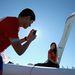 Az olimpiai lánggal fotózkodni menő