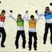 A síugrásban győztes német csapat a dobogó tetejére ugrik
