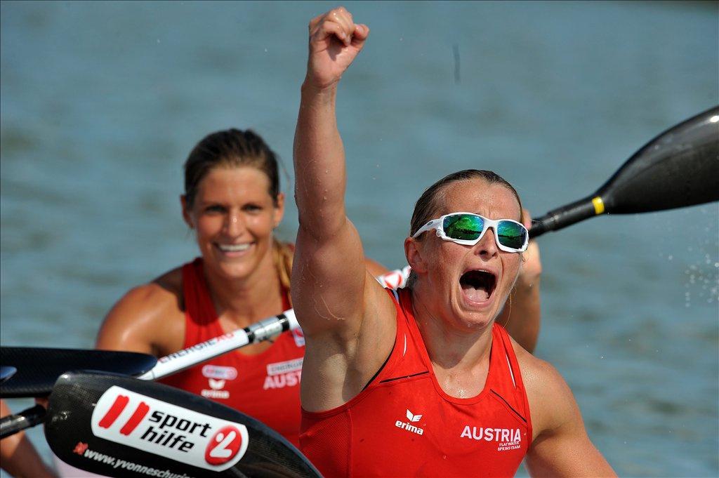 Kozák Danuta integet, miután 500 méteren ezüstérmet nyert