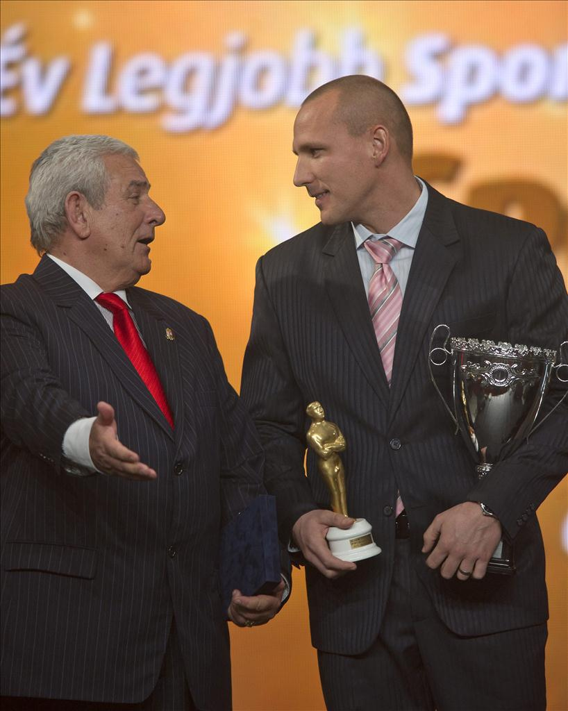 A Médiaszolgáltatás-támogató és Vagyonkezelő Alap (MTVA) különdíját Szabó László kommunikációs igazgató (k) adta át, amelyet a magyar labdarúgó-válogatott képviselőjeként Egervári Sándor szövetségi kapitány (b2) vett át a Sportcsillagok Gálaestjén, az 54. Év sportolója választás díjkiosztóján, a Syma Csarnokban. Mellettük Lovas Attila U-12-es labdarúgó (b).
