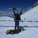 Keller Zoltán, miután megmászta a hágót. Az elmúlt évek egyik legnagyobb havazását kapták el, a tábla, ami fölött áll, másfél méter magas.