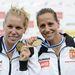 A győztes páros Szabó Gabriella (b) és Fazekas Krisztina ünnepel a női kajak kettes 1000 méteres verseny eredményhirdetésén
