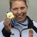 Medveczky Erika aranyérmét mutatja a női kajak egyes 1000 méteres verseny eredményhirdetésén