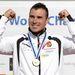 A győztes Vajda Attila ünnepel a férfi kenu egyes 1000 méteres verseny eredményhirdetésén