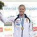 A győztes Kozák Danuta ünnepel a női kajak egyes 500 méteres verseny eredményhirdetésén