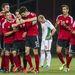 Az albán csapat játékosai ünnepelnek második góljuk után.