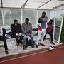 Az edzői stáb, szürke kabátban Jibril Deen