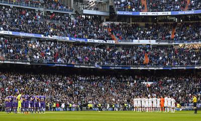 Nemcsak Franciaországban, hanem a spanyoloknál is volt gyászszünet, a Real Madrid és az Espanyol futballistái a kezdőkörnél álltak össze a kezdés előtt.