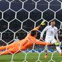Muslera nem védhette Rooney lövését, kipasszolták az angolok.
