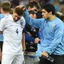Suárez vigasztalja liverpooli csapattársát. Gerrard gólpasszt is adott neki.