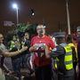 Csalódott angol szurkoló szeretne legalább egy Uruguayin elégtételt venni, de a rendőrök ebben megakadályozzák.