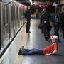 Egy angol szurkoló Sao Paulo-i metróban a vereség után. A csalódáshoz egyre jobban hozzászoknak az angolok, akik 1958 óta először nem jutottak tovább a csoportkörből.