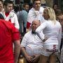 Angol szurkolók egy bár előtt gyülekeznek és várják az Uruguay elleni mérkőzést, amely dönt a válogatott sorsáról.