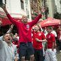 Itt még reménykedtek, az angol szurkolók egy bár előtt összeverődve énekelnek a Uruguay elleni meccs előtt.