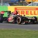 Grosjean becsúsztatja a Lotust az első sikánba, kis ellenkormányzással