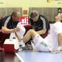 Szikra-Mezey Csaba (fizioterapeuta) és Erdélyi Gábor csapatorvos ápolja Harsányi Gergelyt