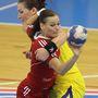 Görbicz Anita (elöl) és a román Crina Elena Pintea a Magyarország - Románia női kézilabda-mérkőzésen