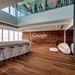 Új, 7 800 négyzetméteres irodát adott át a Google az izraeli Tel-Avivban. A színes, formabontó belső tereket a svájci Camenzind Evolution iroda rendezte be.
