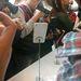 Mindenki megőrült, hogy lefotózza a HTC Desire 816 nem működő modelljét.