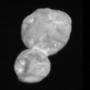 A Long-Range Reconnaissance Imager (LORRI) nevű műszer által készített kép, ami 30 perccel azelőtt készült, hogy a New Horizons űrszonda a legkisebb távolságra megközelítette az aszteroidát. Az űrszonda 28 000 kilométerre volt ekkor az Ultima Thule-től.