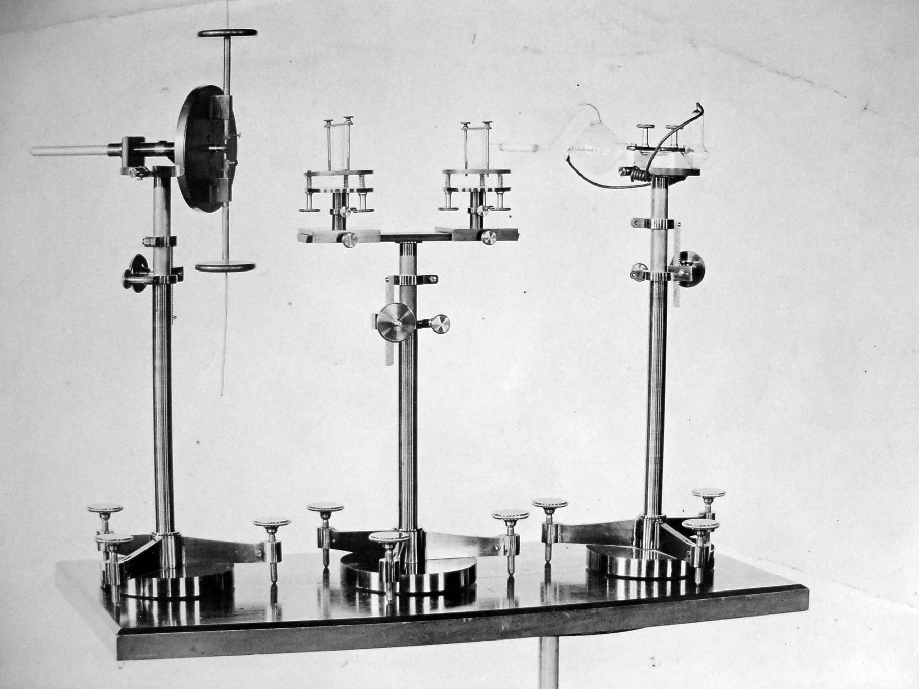 Színkép-fényképező összeállítás: 15.8/95 mm-es Steinheil-aplanátos kamera,  Schmidt-Haensch spektroszkóp,  Gothard-féle állvány (1884)