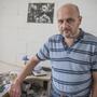 Rénes Marcell, a cég alapítója, mögötte a falon édesapja, Rénes György iparművész, formatervező fényképe.