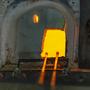 Elő kell melegíteni az üvegfújó pipákat a kemencében, hogy rájuk tudjon tpaadni a folyékony üveg.