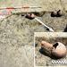 Hamvasztásos sír szélén kerámiakorsókkal, köztük az észak-afrikai edénnyel