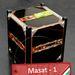 A Masat-1 repülőpéldánya az antisztatikus asztalon becsukott antennával és a biztonsági elemhez kapcsolódó nemzeti színű szalagos címkével.
