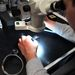 Marosy Gábor megmutat egy nyomtatott áramkörös modult.