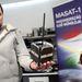 Horváth Gyula projektmenedzser, a BME mérnöke a Masat-1 replikájával a Műszaki Egyetem Elektronikus Eszközök Tanszékének műhelyében.