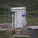 Az összeszerelő tornyot hátrahúzzák, a rakéta egy helyben marad a startálláson.
