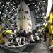 2012. január 24. A rakományt útnak indítják az összeszerelő toronyhoz.