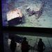 Gyerekek nézik a Titanic roncsairól készült képeket a belfasti kiállításon.