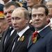 Vlagyimir Putyin és Medvegyev figyelik a díszmenetet