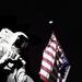 Harrison Schmitt pózol egy amerikai zászlóval és bolygónkkal a háttérben